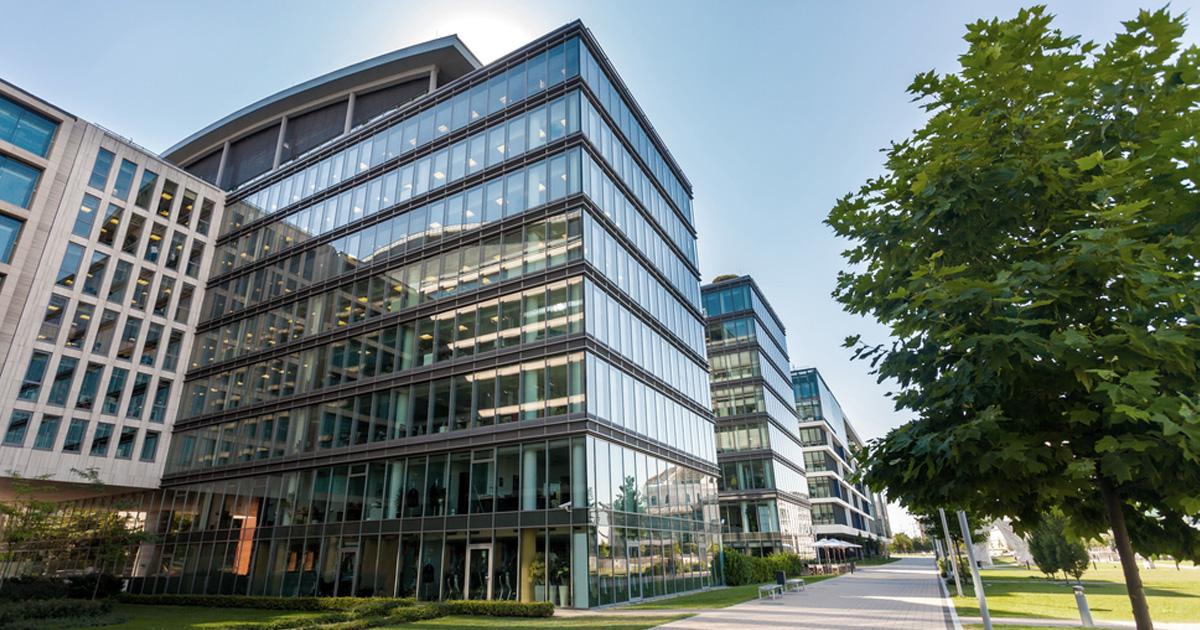 modern kontorsbyggnad i glas