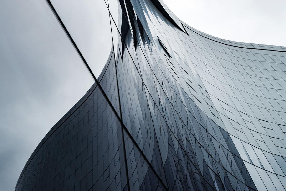 närbild på en modern kontorsbyggnad i glas
